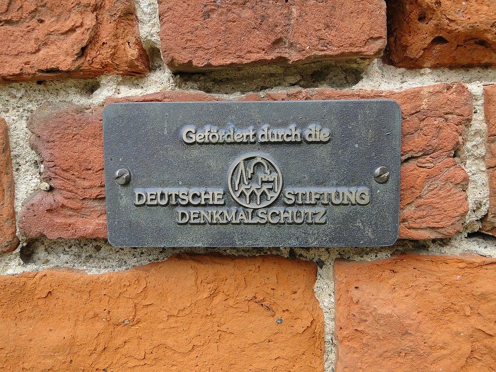 Zehna, Kirche mit DSD-Plakette (Bild: Niteshift/Klostermönch, CC BY SA 3.0, 2013)